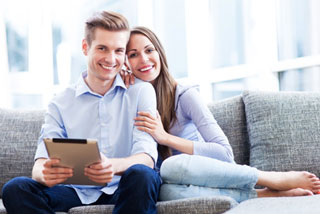 couple-smiling-couch